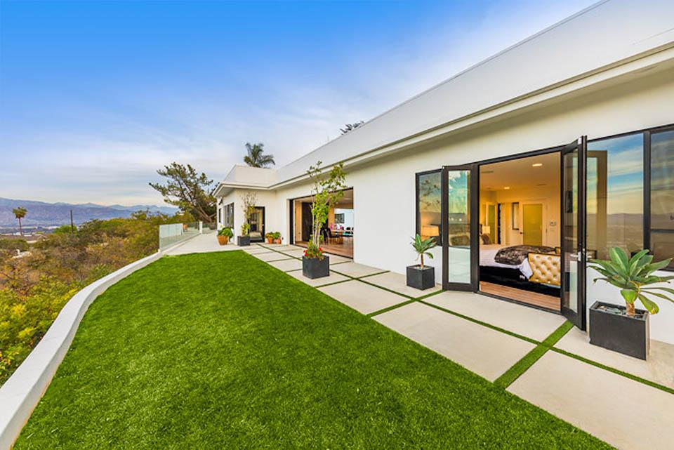 beverly hills villa rental side patio