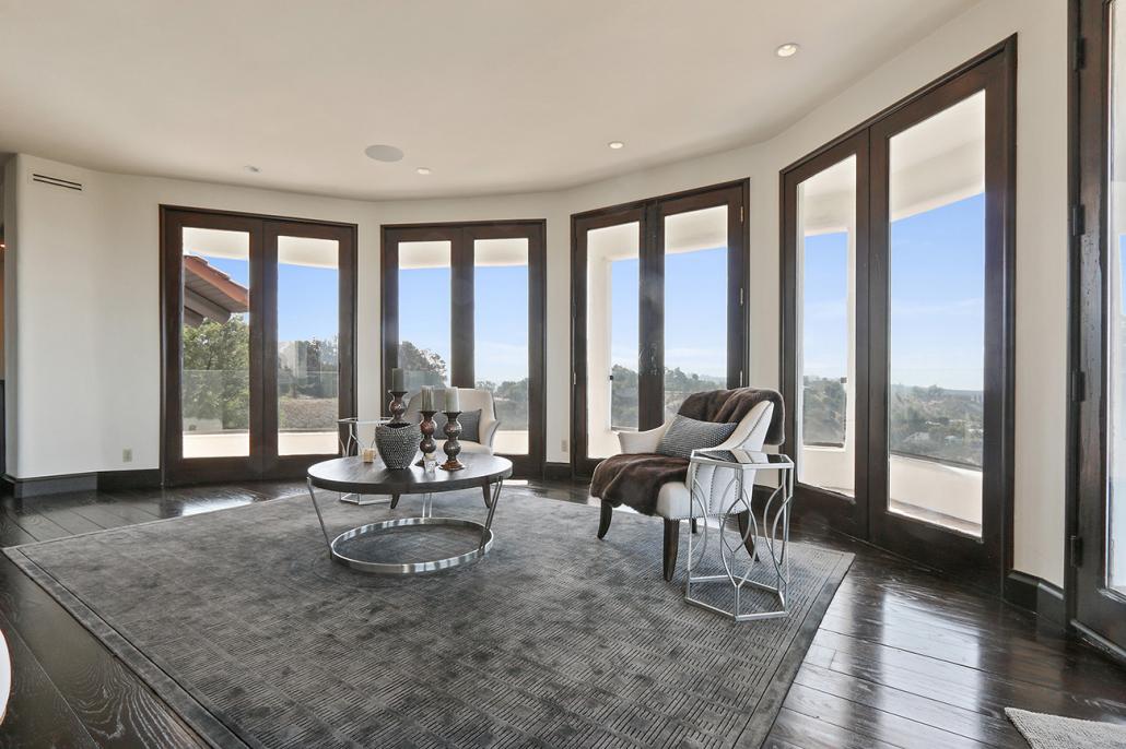 beverly hills villa rental sitting area