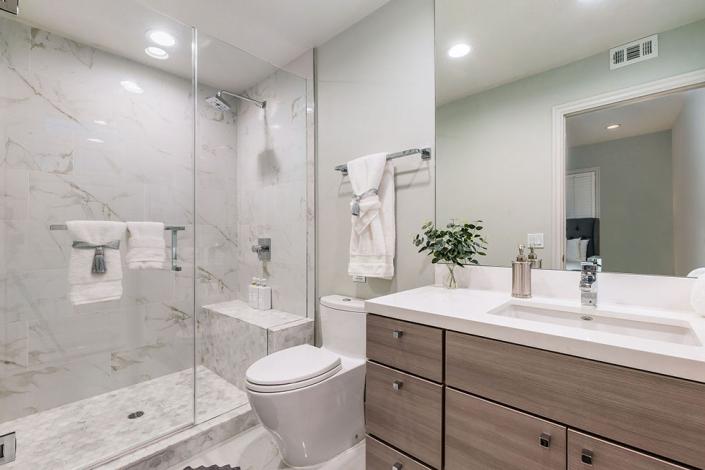 Brentwood villa rental bathroom
